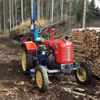 Steyr T84e am Holzspalten
