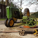 "John Deere Model B ""styled"", Bj. 1941 und John Deere Model E 1 1/2 hp, Bj. ca. 1929."