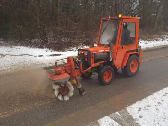 Agria 4800/2 beim Schnee fegen